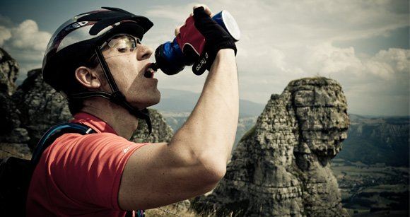 biker bebiendo agua