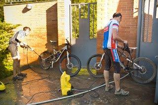 limpiando el barro de la bici