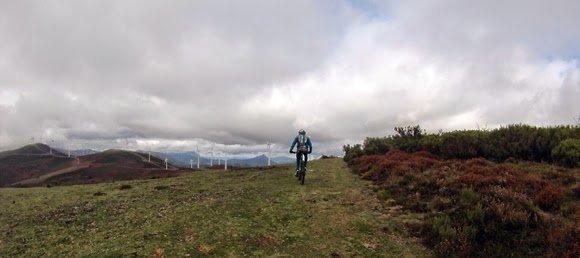 Dejamos la pista de monte y comenzamos con los eólicos