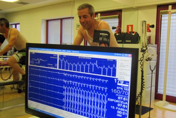 Electrocardiograma donde monitorizan 12 variaciones