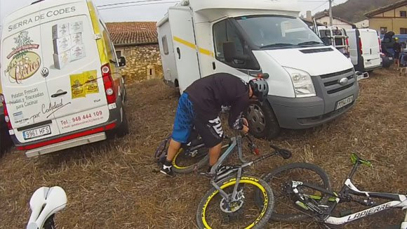preparando las bicis para la prueba